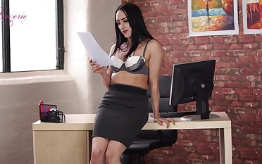 Leggy transcriber Chloe Lovette is toying yummy wet pussy sitting opportunities in sight