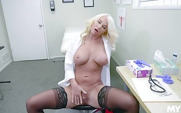 Female doctor enjoys a backwards unconnected with masturbating hard