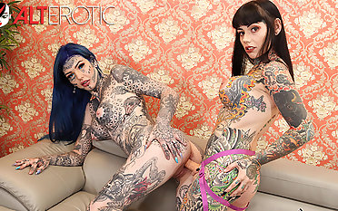 Tattooed babes Amber Luke & Tiger Lilly action with toys