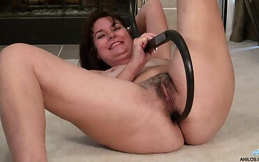 Video of hairy pussy wife Shelby Ray effectuation with respect to pussy on chum around with annoy floor