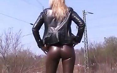 Sexy leather Leder sexy Cameltoe im Freien zu Fuß